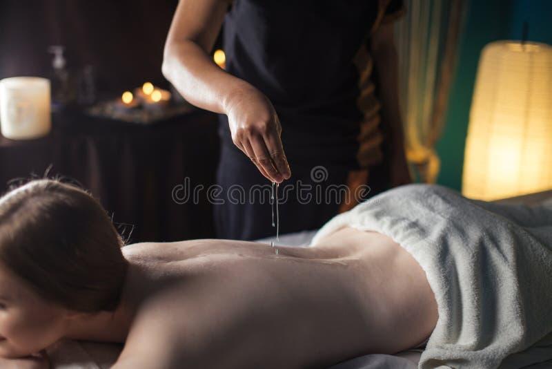 Mulher de relaxamento nos termas da beleza do bem-estar que têm a massagem da terapia do aroma imagem de stock royalty free