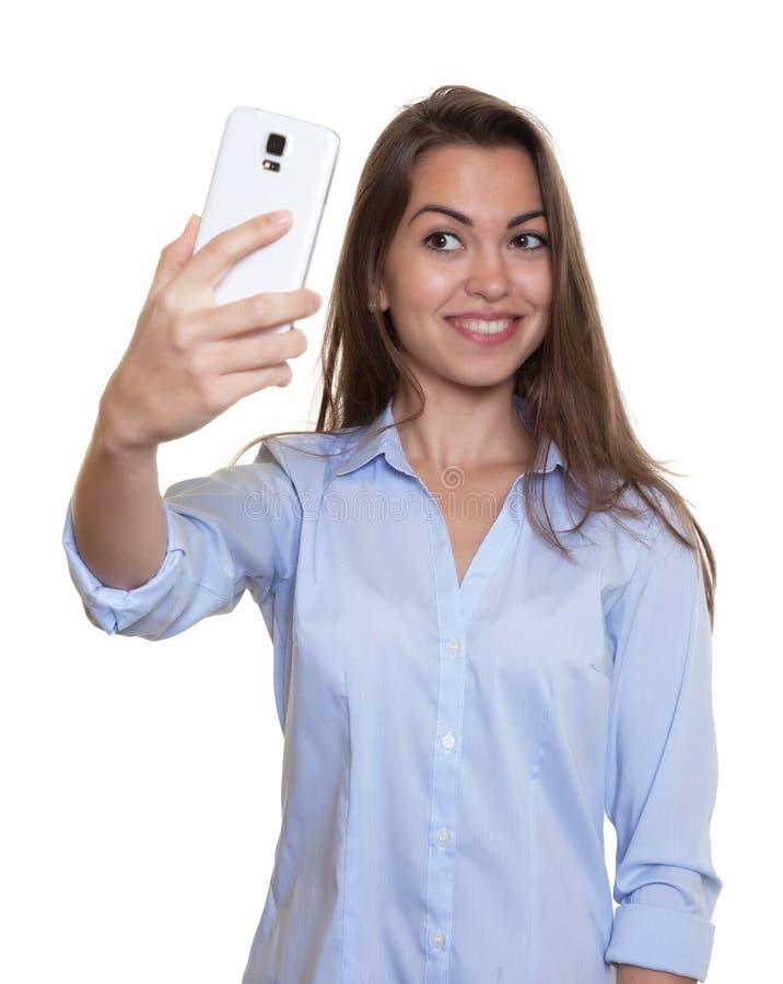 A mulher de riso com cabelo escuro longo ama selfies imagem de stock