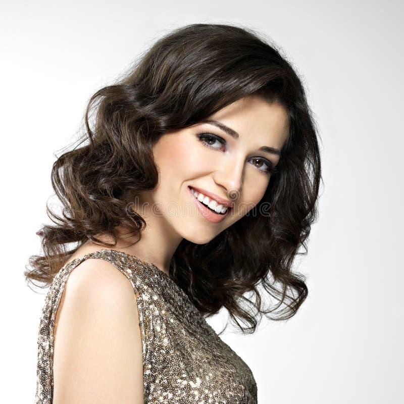 Mulher de riso feliz bonita com cabelos marrons fotografia de stock royalty free