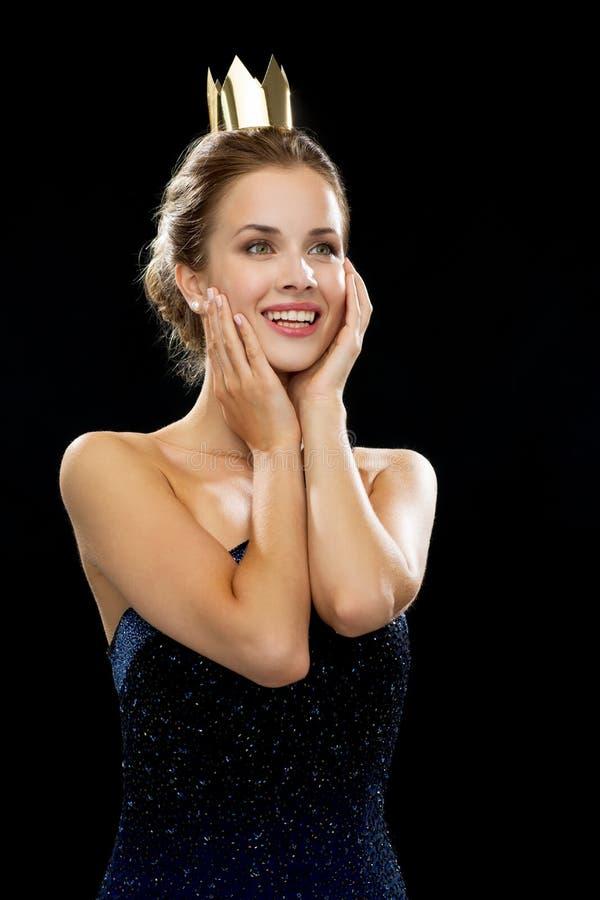 Mulher de riso na coroa vestindo do vestido de noite fotografia de stock