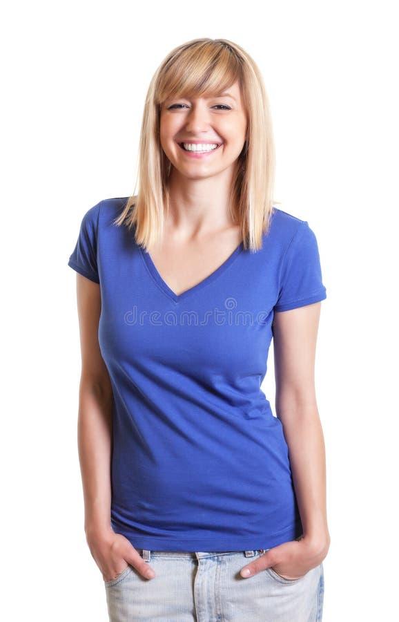 Mulher de riso nas calças de brim com olhos escuros e uma camisa azul fotos de stock