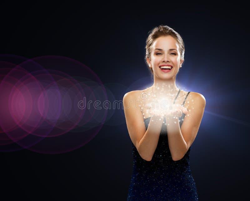 Mulher de riso no vestido de noite que guarda algo imagens de stock