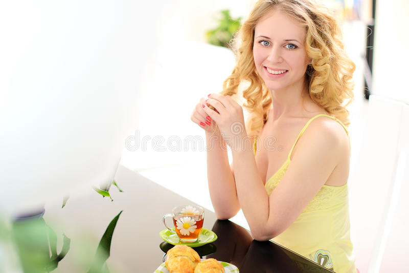 mulher de riso nova na tabela com café da manhã imagem de stock