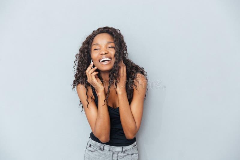 Mulher de riso que fala no telefone foto de stock