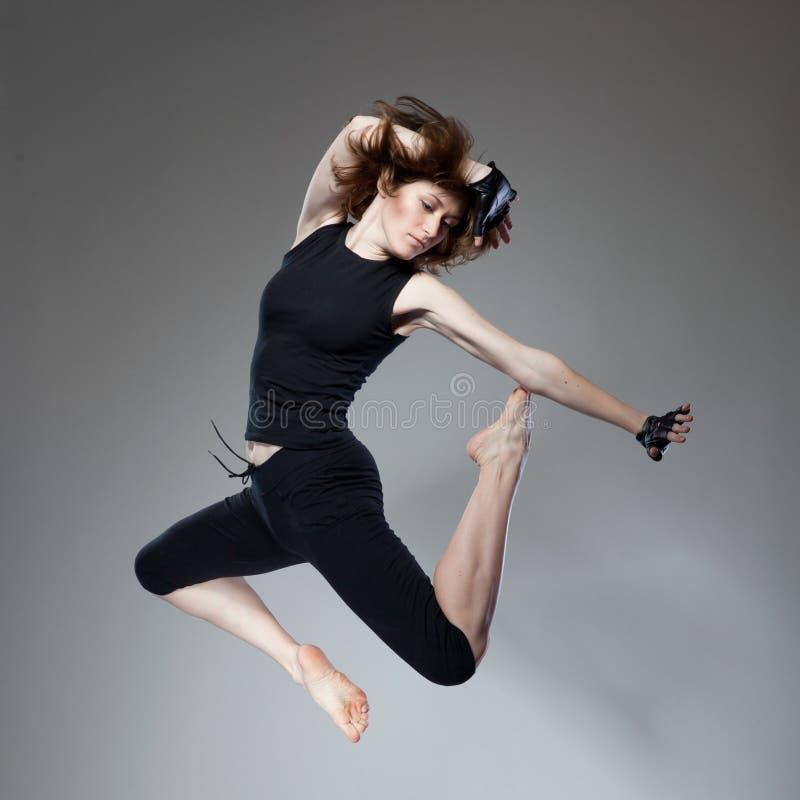 Mulher de salto atrativa imagem de stock