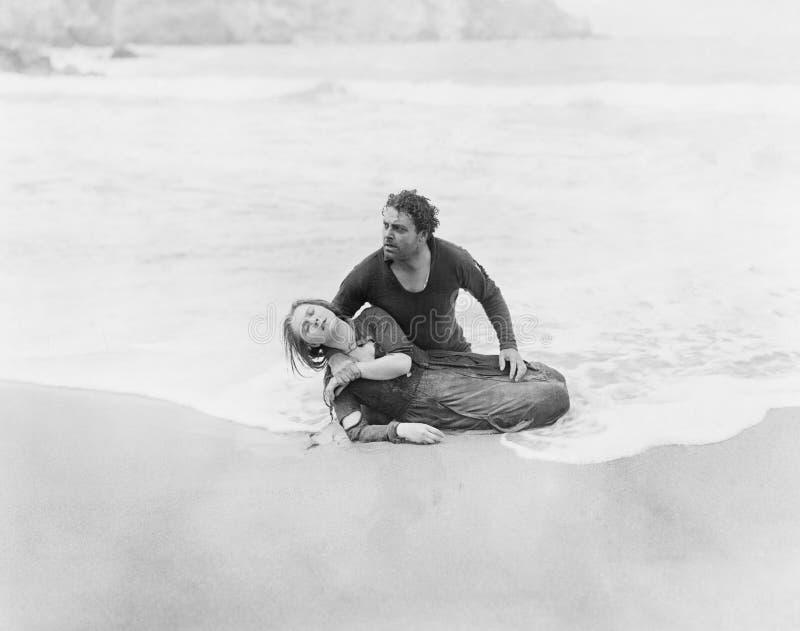 Mulher de salvamento do homem do oceano (todas as pessoas descritas não são umas vivas mais longo e nenhuma propriedade existe Ga fotografia de stock royalty free