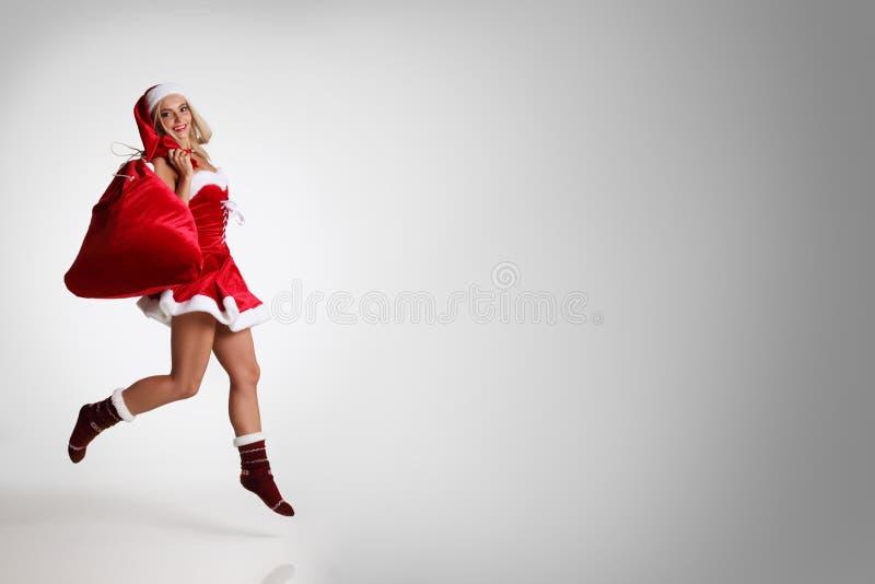 Mulher de Santa com presentes do Natal fotografia de stock royalty free