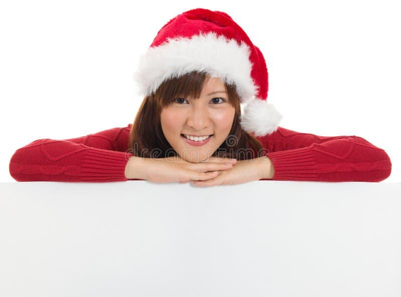 Mulher de Santa do Natal que mostra o sinal vazio do quadro de avisos. fotos de stock royalty free