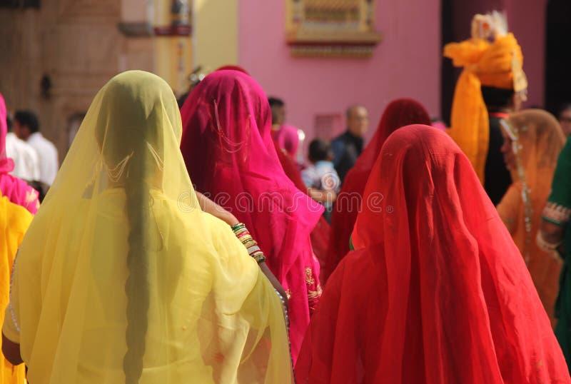 Mulher de sari colorido em um templo imagem de stock