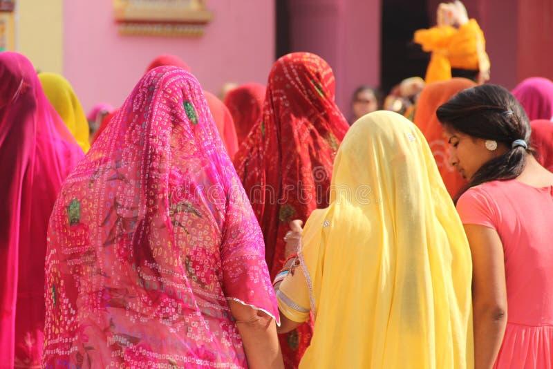 Mulher de sari colorido em um templo fotos de stock royalty free