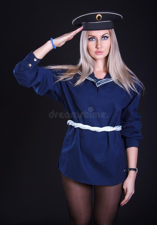 Mulher de saudação no uniforme marinho imagens de stock royalty free