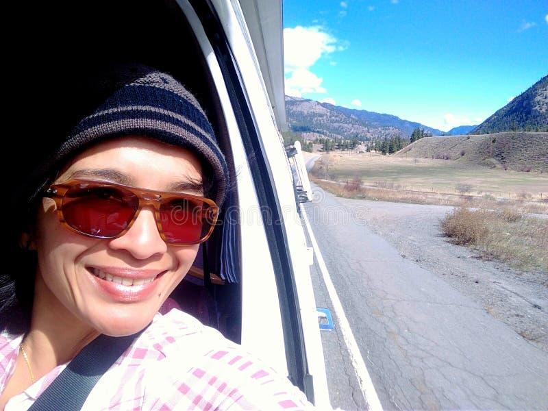 Mulher de Selfie da viagem por estrada fotografia de stock royalty free