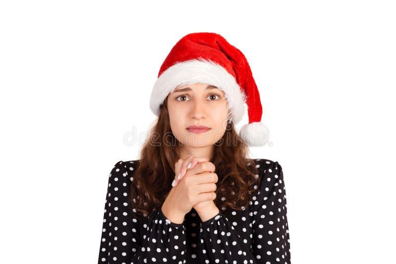 Mulher de simpatia no vestido que mantém as mãos unidas na menina emocional da caixa no chapéu do Natal de Papai Noel isolado no  fotografia de stock royalty free