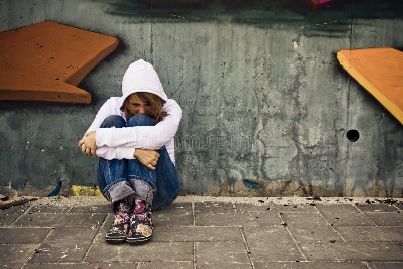Mulher de sofrimento na parede fotografia de stock royalty free