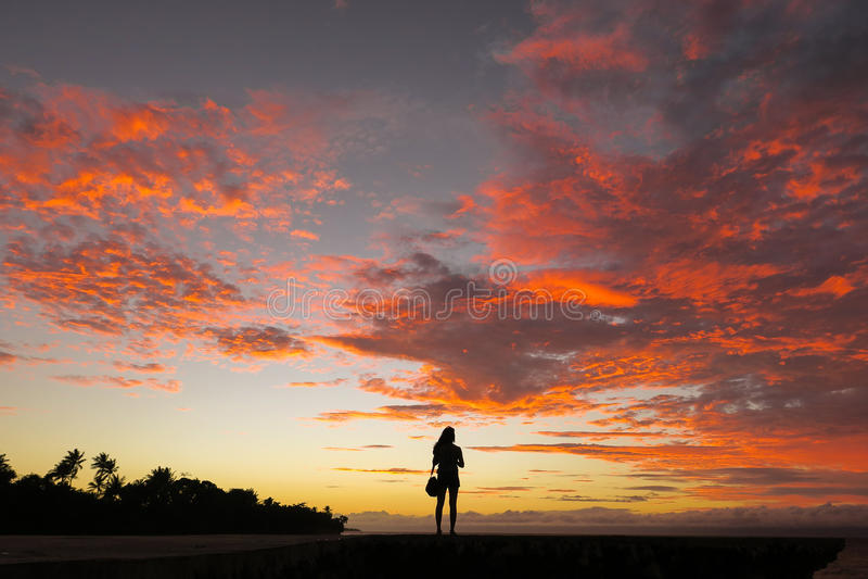 Mulher de solo do viajante e por do sol incrível da ilha imagens de stock