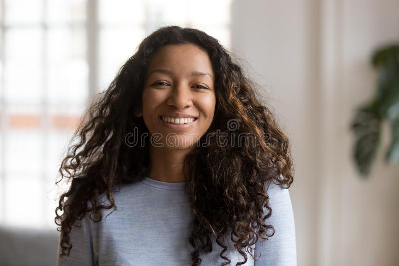 Mulher de sorriso afro-americano atrativa do retrato principal do tiro fotografia de stock royalty free