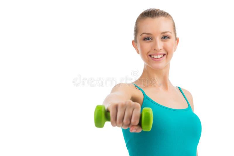 Mulher de sorriso agradável que exercita com pesos. foto de stock royalty free