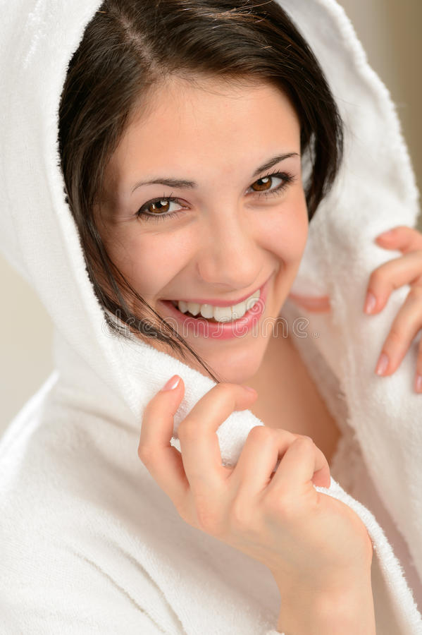 Mulher de sorriso alegre no roupão branco foto de stock