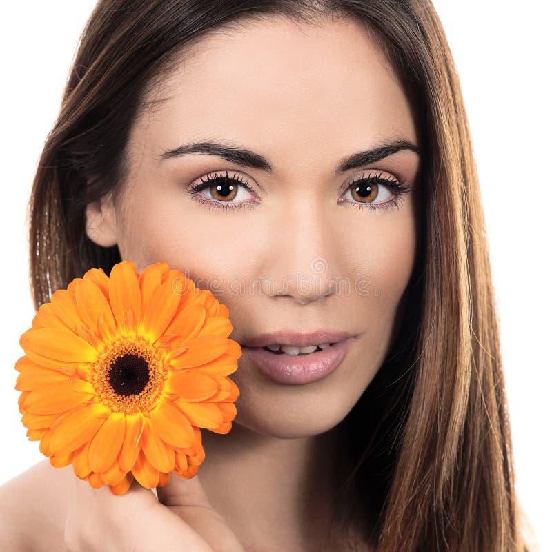 Mulher de sorriso bonita com flor imagens de stock royalty free