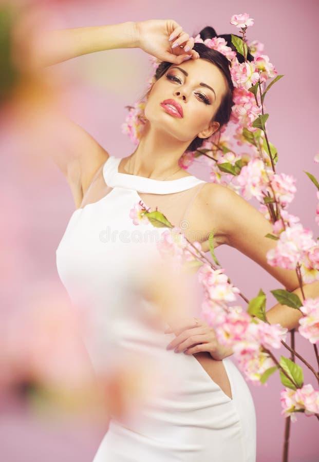 Mulher de sorriso bonita com flores da mola fotos de stock