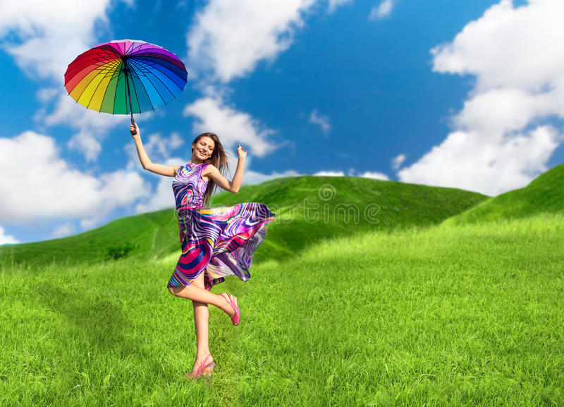 Mulher de sorriso bonita com guarda-chuva colorido fotos de stock