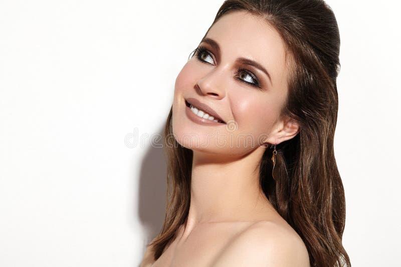 A mulher de sorriso bonita com pele limpa, comemora a composição Joyfull e felicidade Olhar da forma da festa de Natal imagens de stock royalty free