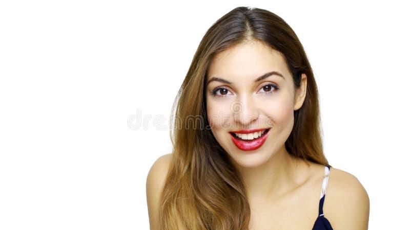 Mulher de sorriso bonita com pele limpa, composição natural com bordos vermelhos e dentes brancos no fundo branco fotografia de stock royalty free