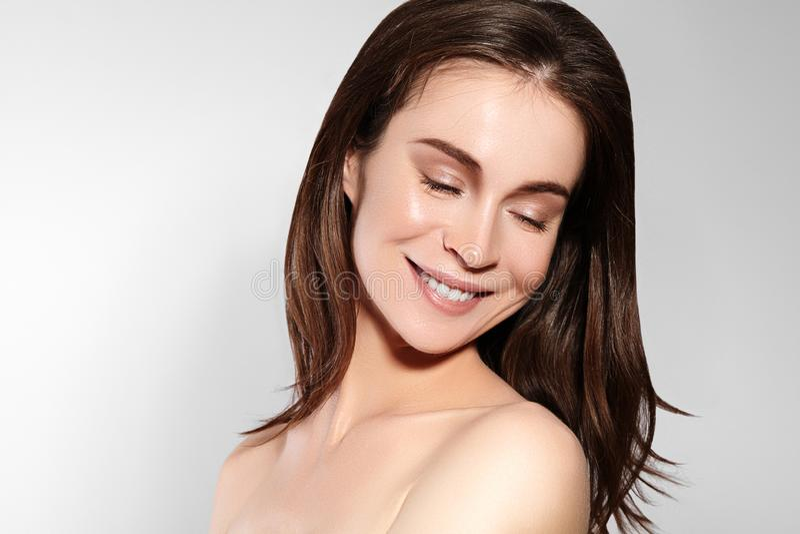 Mulher de sorriso bonita com pele limpa, composição natural Joyfull e felicidade Cara fêmea emocional Saúde, bem-estar fotografia de stock