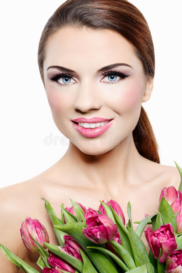 Mulher de sorriso bonita com tulipas foto de stock