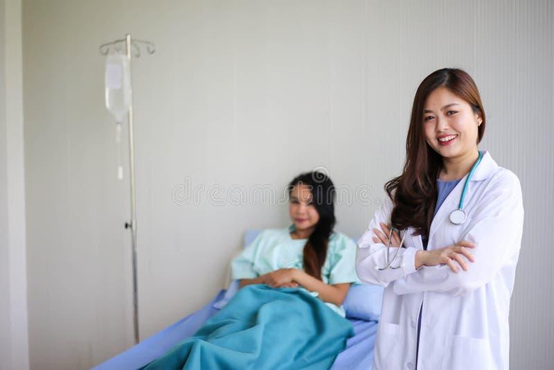 Mulher de sorriso bonita do médico com o paciente que discute, conceito do estetoscópio dos cuidados médicos foto de stock royalty free
