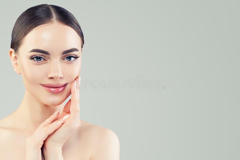 Mulher de sorriso bonita dos termas com pele clara Skincare e conceito facial do tratamento imagens de stock