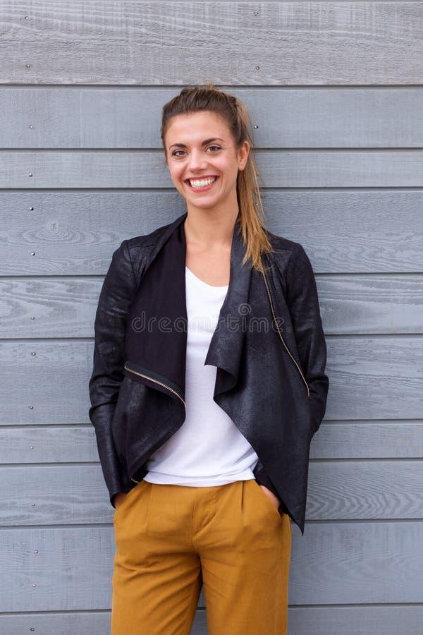 Mulher de sorriso bonita no casaco de cabedal vestindo do rabo de cavalo foto de stock royalty free