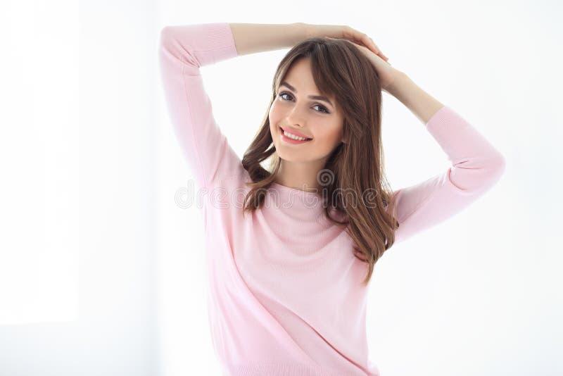 Mulher de sorriso bonita no fundo branco foto de stock royalty free