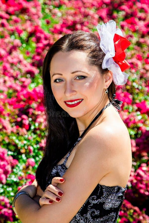 Mulher de sorriso bonita no jardim imagens de stock