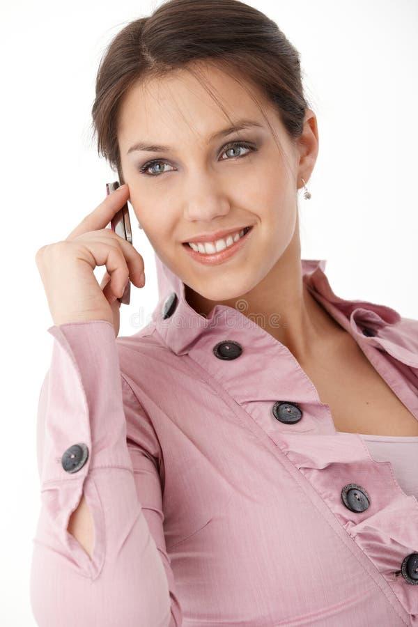 Mulher de sorriso bonita no móbil imagem de stock
