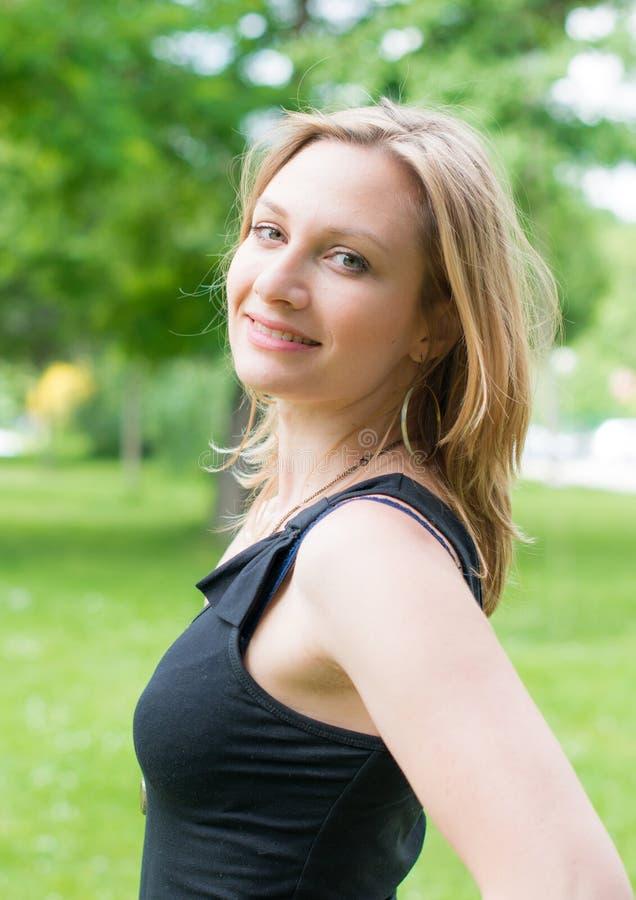 Mulher de sorriso bonita nova ao ar livre imagem de stock royalty free