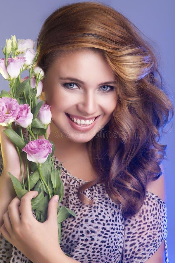 Mulher de sorriso caucasiano atrativa fotos de stock royalty free