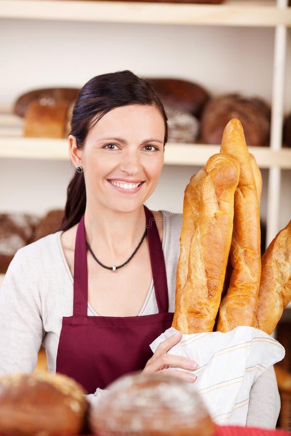 Mulher de sorriso com baguettes foto de stock royalty free