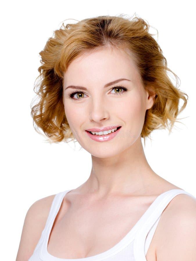 Mulher de sorriso com cabelo curto louro fotografia de stock royalty free