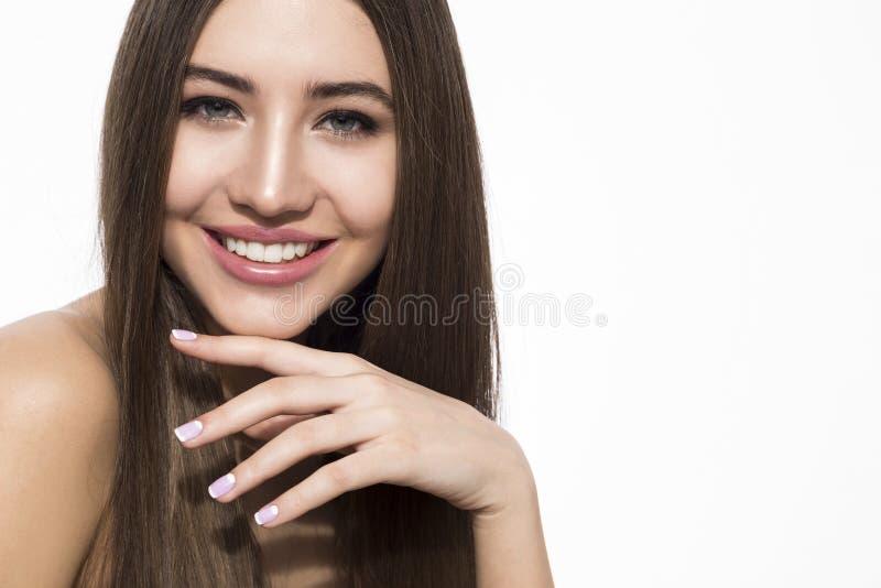 Mulher de sorriso com cabelo marrom foto de stock