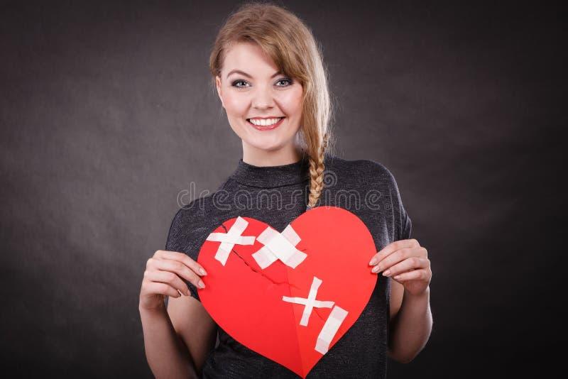 Mulher de sorriso com coração curado fotos de stock royalty free