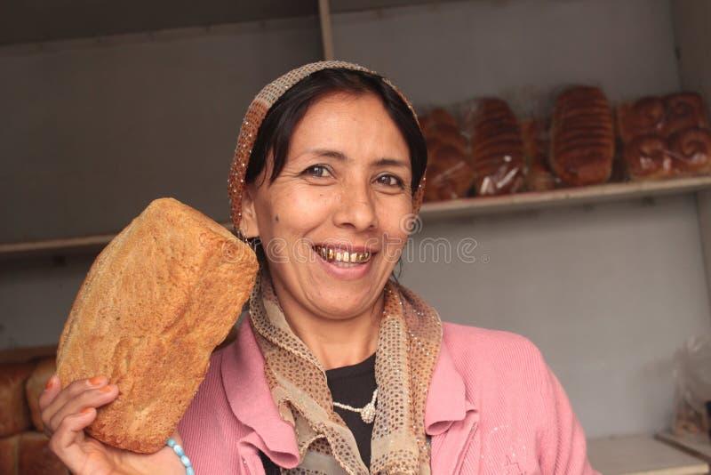 Mulher de sorriso com dentes do ouro imagem de stock royalty free