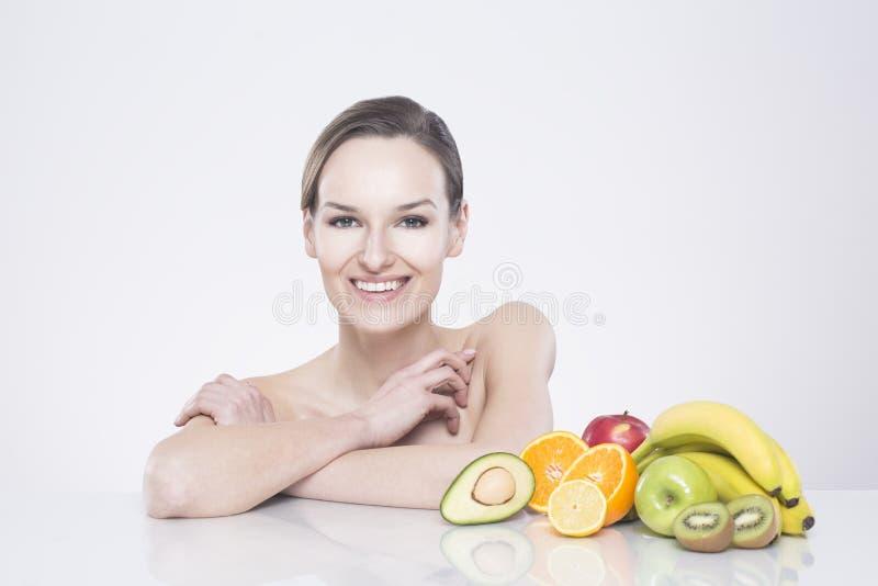 Mulher de sorriso com frutas imagem de stock royalty free