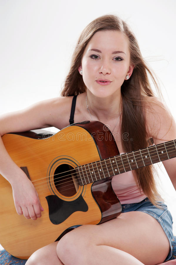 Mulher de sorriso com guitarra imagem de stock