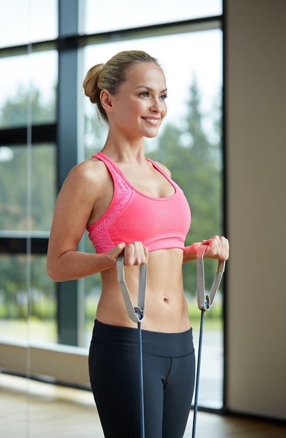 Mulher de sorriso com o expansor no gym imagens de stock