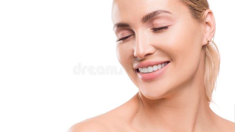 Mulher de sorriso com olhos fechados Conceito dental e dos termas Skincare Isolado no fundo branco fotos de stock royalty free