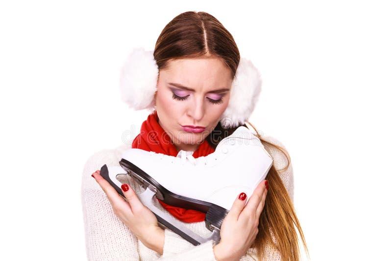 Mulher de sorriso com patins de gelo fotografia de stock royalty free