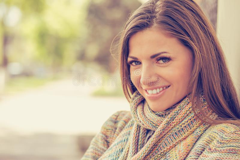 Mulher de sorriso com sorriso perfeito e os dentes brancos em um parque imagem de stock royalty free