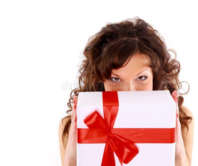 Mulher de sorriso com um presente foto de stock royalty free