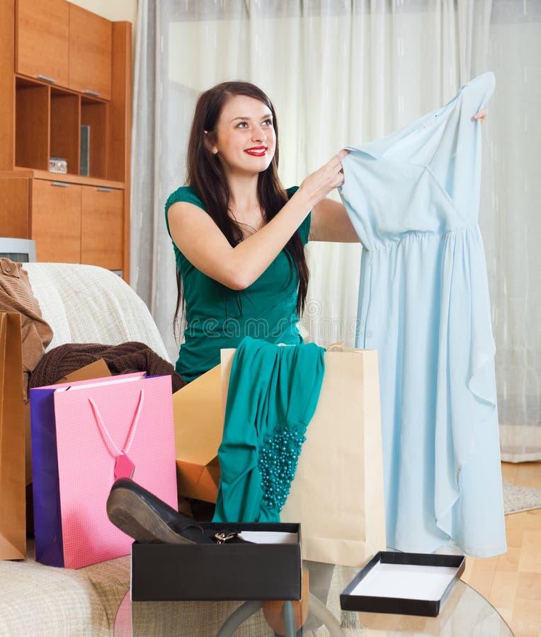 Mulher de sorriso com vestido azul fotografia de stock